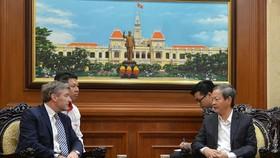 Phó Chủ tịch UBND TPHCM Lê Văn Khoa tiếp ông Philippe Richart. Ảnh: hcmcpv.org.vn