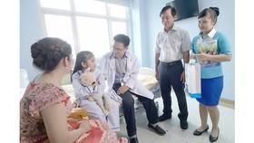 Bác sĩ và các nhà hảo tâm đến thăm hỏi và chia sẻ với bệnh nhân