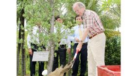 Giáo sư Gerard 't Hooft trồng cây lưu niệm tại khu vườn Trung tâm Khoa học và Giáo dục liên ngành (ICISE) ở Bình Định.