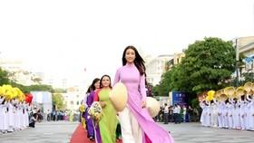 Hoa hậu Việt Nam 2016 Đỗ Mỹ Linh cùng các thành viên Hội Liên hiệp Phụ nữ Việt Nam mặc áo dài diễu hành trên Phố đi bộ Nguyễn Huệ
