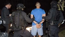 Cảnh sát liên bang Australia bắt giữ một đối tượng bị cáo buộc buôn bán ma túy tại Sydney, New South Wales ngày 8-8. Ảnh: TTXVN