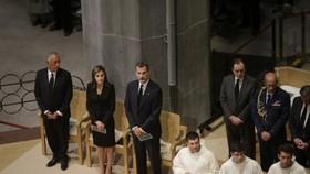 Nữ hoàng Letizia (thứ 2 từ trái) và nhà vua Tây Ban Nha Felipe (thứ 3 từ trái) tham dự thánh lễ trọng thể tại nhà thờ Sagrada Familia ở Barcelona ngày 20-8-2017 tưởng niệm các nạn nhân vụ tấn công khủng bố ở Barcelona, Tây Ban Nha. Ảnh: AP