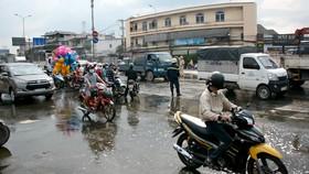 Hóa chất từ xe bồn chảy tràn lan ra đường