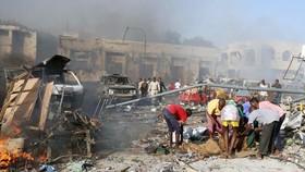 Hiện trường vụ đánh bom xe tại quận Hodan ở Mogadishu, Somalia, ngày 14-10-2017. Ảnh: REUTERS