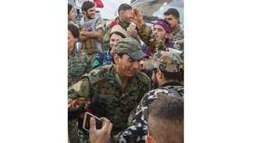 Các thành viên SDF nhảy điệu Dabka truyền thống của người Syria ăn mừng chiến thắng tại TP Raqqa. Ảnh: AP