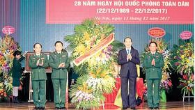 Chủ tịch nước Trần Đại Quang tặng hoa chúc mừng Bộ Tư lệnh Bộ đội Biên phòng nhân Ngày thành lập Quân đội Nhân dân Việt Nam và Ngày hội quốc phòng toàn dân