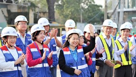 Đồng chí Trương Thị Mai và đồng chí Võ Thị Dung thăm, chúc tết công nhân, kỹ sư thi công tuyến metro số 1 (Bến Thành - Suối Tiên, TPHCM)