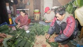Người dân làng Chuồn tất bật gói bánh chưng, bánh tét
