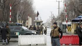 Lực lượng an ninh phong tỏa hiện trường vụ đánh bom tự sát ở Kabul, Afghanistan, ngày 24-2-2018. Ảnh: AP