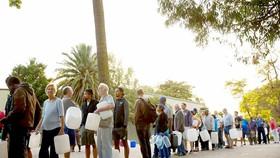 Người dân Cape Town xếp hàng chờ lấy nước