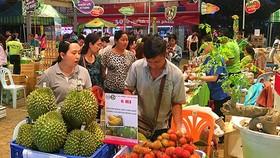 Khách tham quan chọn mua hàng tại hội chợ