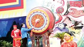 Chủ tịch Quốc hội Nguyễn Thị Kim Ngân đánh trống khai hội Lễ hội Bà Triệu năm 2018 Ảnh: TTXVN