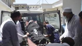 Nạn nhân bị thương trong vụ đánh bom được đưa đi cấp cứu. Ảnh: TTXVN
