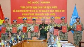 Thượng tướng Nguyễn Chí Vịnh trao quyết định cho 7 sĩ quan lên đường làm nhiệm vụ tại Phái bộ Cộng hòa Trung Phi và Nam Sudan. Ảnh: VOV
