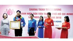 Trao bằng khen của Thành Đoàn TNCS TPHCM tuyên dương các điển hình thanh niên tiên tiến làm theo lời Bác năm 2018