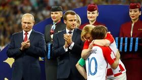Tổng thống Croatia, bà Kolinda Grabar-Kitarovic (phải), luôn sát sánh cùng đội tuyển quốc gia tại World Cup.
