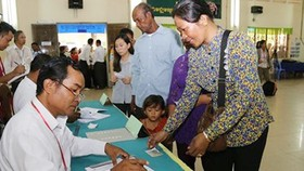 Cử tri Campuchia đến bỏ phiếu