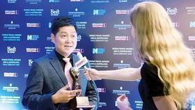 Tổng Giám đốc TST Tourist Lại Minh Duy trả lời phỏng vấn báo chí sau lễ nhận giải