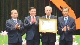 Chủ tịch UBND TPHCM Nguyễn Thành Phong trao Huân chương Lao động hạng nhất của Chủ tịch nước cho Hội Bảo trợ bệnh nhân nghèo TP
