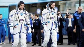 Phi hành gia Nga Aleksey Ovchinin (trái) và phi hành gia Mỹ Nick Hague trước khi lên tàu vũ trụ Soyuz MS-10 trong chuyến phóng ngày 11-10-2018. EPA