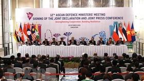 Đại tướng Ngô Xuân Lịch (thứ 2, phải), Bộ trưởng Bộ Quốc phòng Việt Nam và các quan chức quốc phòng ASEAN tại Hội nghị Bộ trưởng Quốc phòng ASEAN (ADMM) lần thứ 12, Singapore. Ảnh: TTXVN