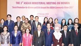 Thủ tướng Nguyễn Xuân Phúc cùng các đại biểu dự Hội nghị Bộ trưởng Phụ nữ ASEAN lần thứ 3. Ảnh: TTXVN