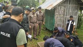 Cảnh sát mở cống thoát nước bắt lại một tù nhân vượt ngục ở huyện Chaiya, tỉnh Surat Thani, Thái Lan, ngày 25-12-2018. Ảnh: Bangkok Post