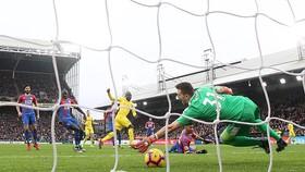 N'Golo Kante ghi bàn thắng duy nhất vào lưới Crystal Palace giúp Chelsea bám sát Tottenham trên bảng xếp hạng. Ảnh: REUTERS