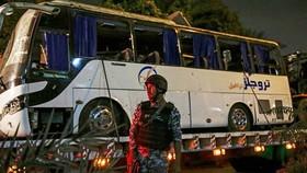 Chiếc xe buýt chở du khách Việt Nam bi đánh bom ngày 28-12-2018 ở Giza được đưa khỏi hiện trường. Ảnh: EPA