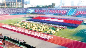 Màn đồng diễn của các tầng lớp nhân dân Campuchia trong lễ kỷ niệm 40 năm ngày Chiến thắng 7-1.Ảnh: Phnom Penh Post