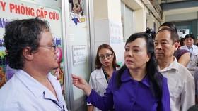 Bộ trưởng Bộ Y tế Nguyễn Thị Kim Tiến tại Bệnh viện Nhi đồng 1. Ảnh: HOÀNG HÙNG