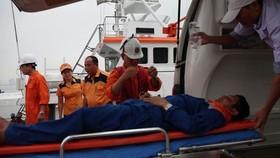 Ngư dân Đúng được lực lượng cứu hộ đưa vào đất liền. Ảnh: VTV
