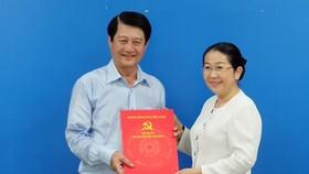 Đồng chí Võ Thị Dung trao quyết định nghỉ hưu cho đồng chí Lê Trọng Hiếu