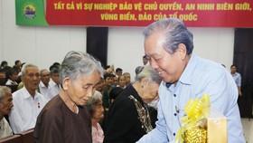 Phó Thủ tướng Thường trực Chính phủ Trương Hòa Bình tặng quà cho các Mẹ Việt Nam anh hùng tại tỉnh Bến Tre. Ảnh: VGP