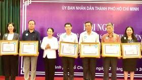 Đồng chí Võ Thị Dung, Phó Bí thư Thành ủy TPHCM, trao Bằng khen tới các tập thể, cá nhân thực hiện tốt chương trình Giảm nghèo bền vững TPHCM