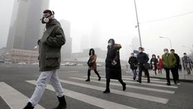 Người dân đeo khẩu trang chống bụi ở Bắc Kinh
