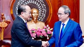 Bí thư Thành ủy TPHCM Nguyễn Thiện Nhân tiếp ông Kho Ngee Seng Roy, tân Tổng Lãnh sự Singapore tại TPHCM. Ảnh: HOÀNG HÙNG
