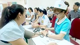 Khám bệnh cho người dân tại một cơ sở y tế tại TPHCM