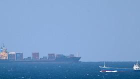 Tàu chở hàng tiến về Eo biển Hormuz ở ngoài khơi bờ biển Khasab, Oman