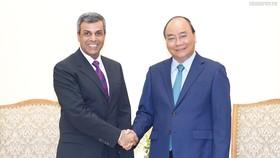 Thủ tướng Nguyễn Xuân Phúc tiếp Bộ trưởng Dầu mỏ kiêm Điện lực và nước Kuwait, ông Khaled Ali Al Fadhel. Ảnh: VGP