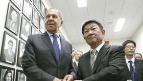 Tân Ngoại trưởng Nhật Bản Toshimitsu Motegi (phải) và người đồng cấp Nga Sergey Lavrov. Nguồn: Kyodo