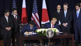 Thủ tướng Nhật Bản Shinzo Abe và Tổng thống Mỹ Donald Trump ký thỏa thuận thương mại song phương tại New York (Mỹ) ngày 25-9-2019. Ảnh: TTXVN
