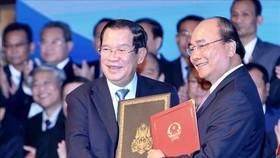 Thủ tướng Nguyễn Xuân Phúc và Thủ tướng Campuchia Xăm-đéc Tê-chô  Hun Xen ký Hiệp ước bổ sung Hiệp ước hoạch định biên giới quốc gia năm 1985 và Hiệp ước bổ sung năm 2005 giữa Cộng hoà XHCN Việt Nam và Vương quốc Campuchia. Ảnh: TTXVN