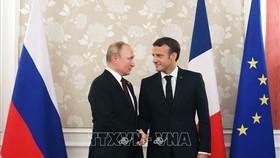 Tổng thống Nga Vladimir Putin (trái) và người đồng cấp Pháp Emmanuel Macron