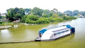 Thiết bị giống như một nhà thuyền nổi có khả năng lọc và giữ lại các rác thải trôi nổi trên sông