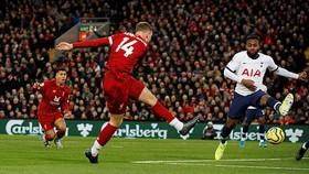 J. Henderson tung cú sút bằng chân trái quân bình tỷ số 1 - 1 cho Liverpool
