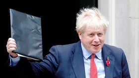 Thủ tướng Anh Boris Johnson vui mừng sau khi Hạ viện thông qua tổng tuyển cử sớm. Ảnh: AP