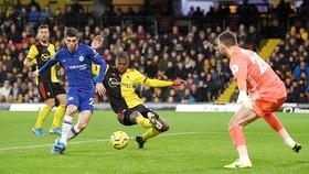 Christian Pulisic trong pha ghi bàn vào lưới thủ môn B.Foster của Watford