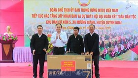 Chủ tịch Ủy ban Trung ương MTTQ Việt Nam Trần Thanh Mẫn tặng quà tập thể khu dân cư xóm 5, xã Mường Giàng, huyện Quỳnh Nhai, tỉnh Sơn La. Ảnh: TTXVN