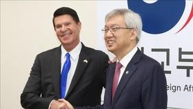 Thứ trướng Bộ Ngoại giao Mỹ Keith Krach (trái) và Thứ trưởng thứ hai Bộ Ngoại giao Hàn Quốc Lee Tae-ho tại Đối thoại kinh tế cấp cao ở Seoul ngày 6-11-2019. Ảnh: Yonhap/TTXVN